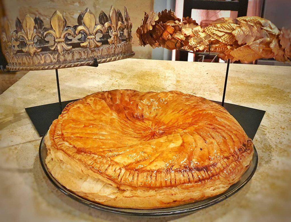 Le roi Louis XII et Jules César se disputent la galette. Qui aura sa part de gâteau?